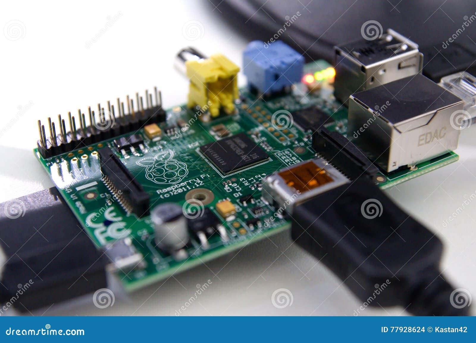 Close up de uma placa eletrônica conectada do pi da framboesa
