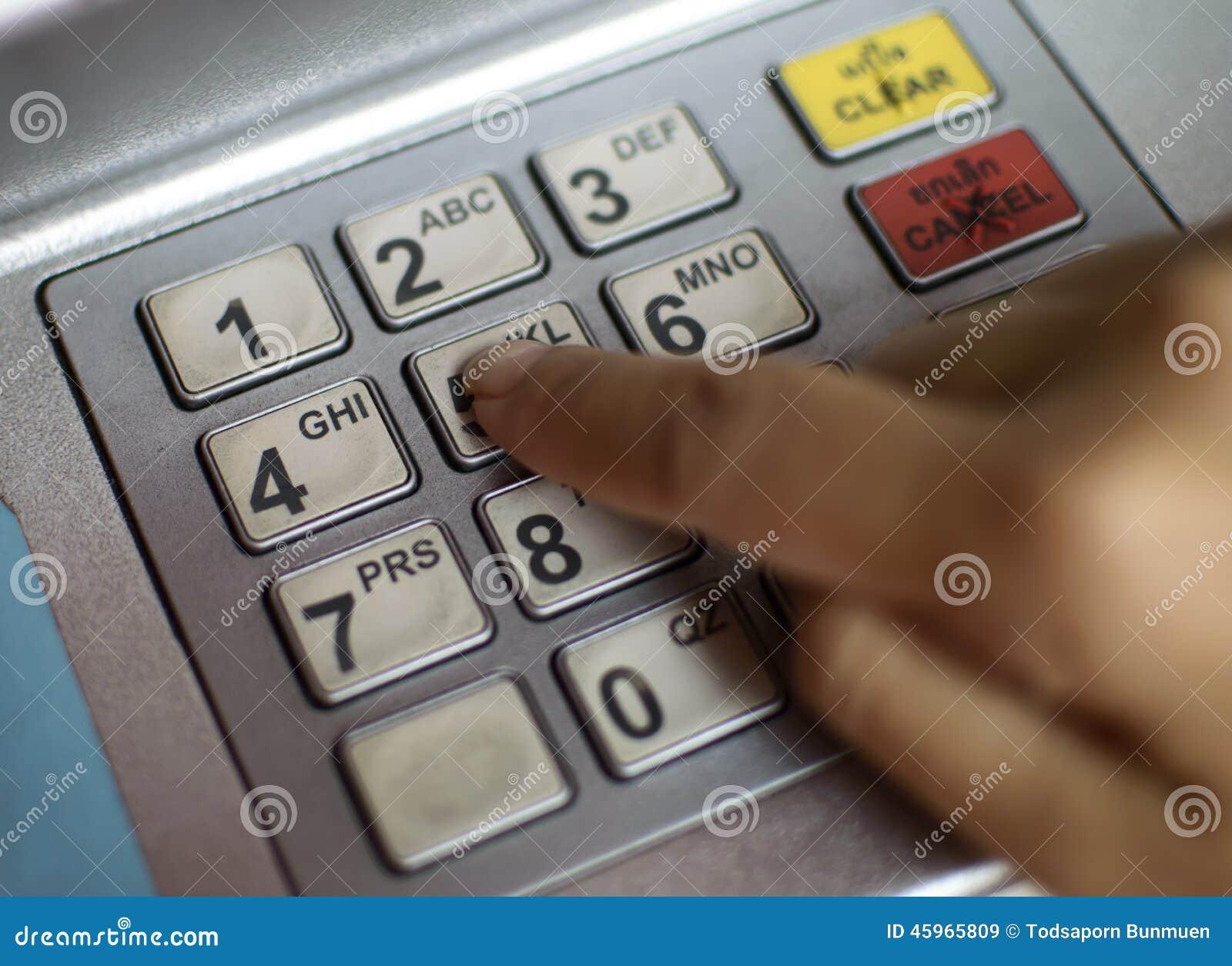 Close-up die van hand PIN/pass-code inzake ATM/bank-machinetoetsenbord ingaan