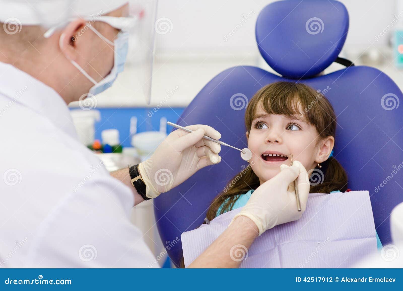 Close-up die van meisje zijn mond openen wijd tijdens inspectie