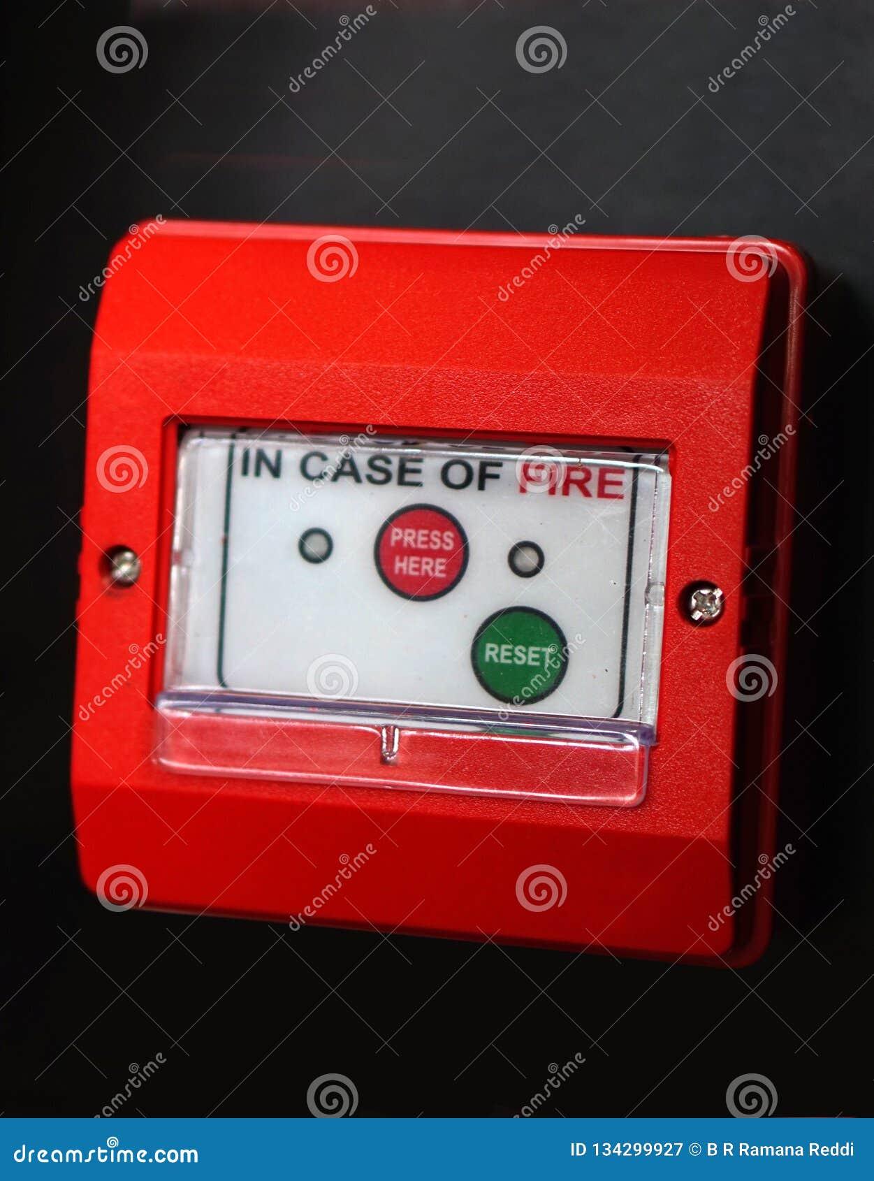 Close up do alarme de incêndio ou do equipamento da proteção em uma indústria