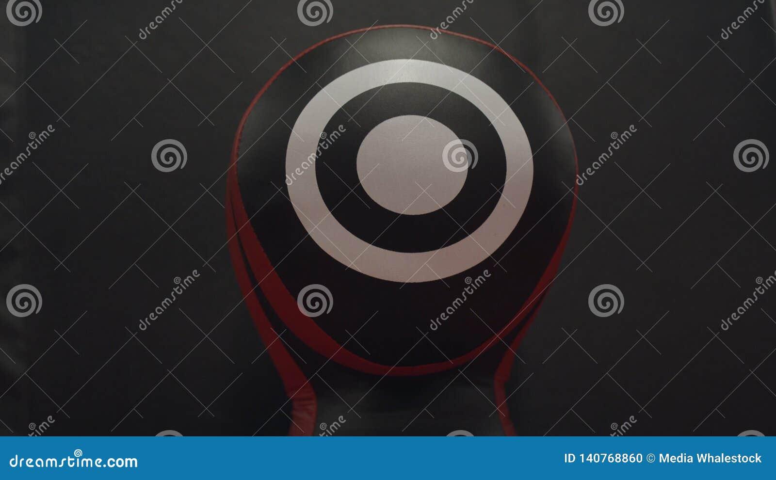 Close-up do alvo do encaixotamento Alvo de couro preto com círculos brancos para perfuradores e os pugilistas de formação no gym