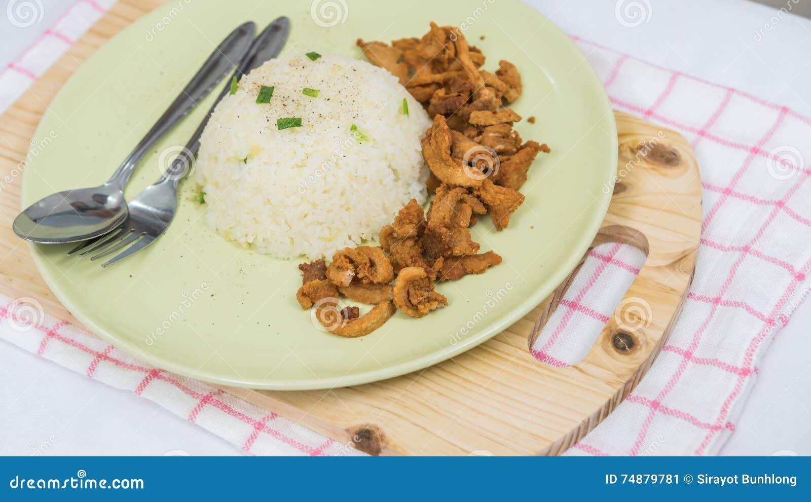 Close up do arroz e da carne de porco fritada fresca com sésamo, alimento tailandês