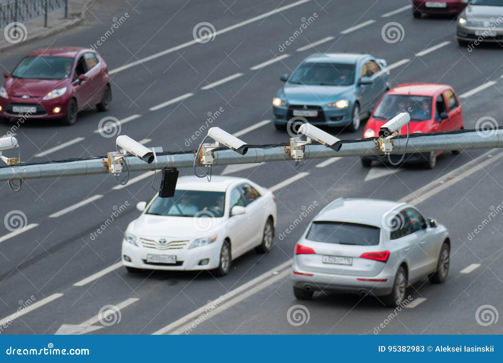 Close up do CCTV da fiscalização da câmara de segurança do tráfego quatro na estrada na cidade grande