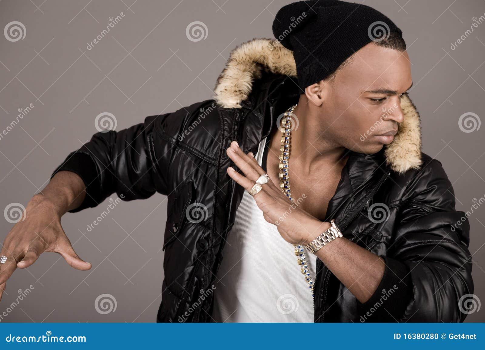 Close up do dançarino novo do homem negro