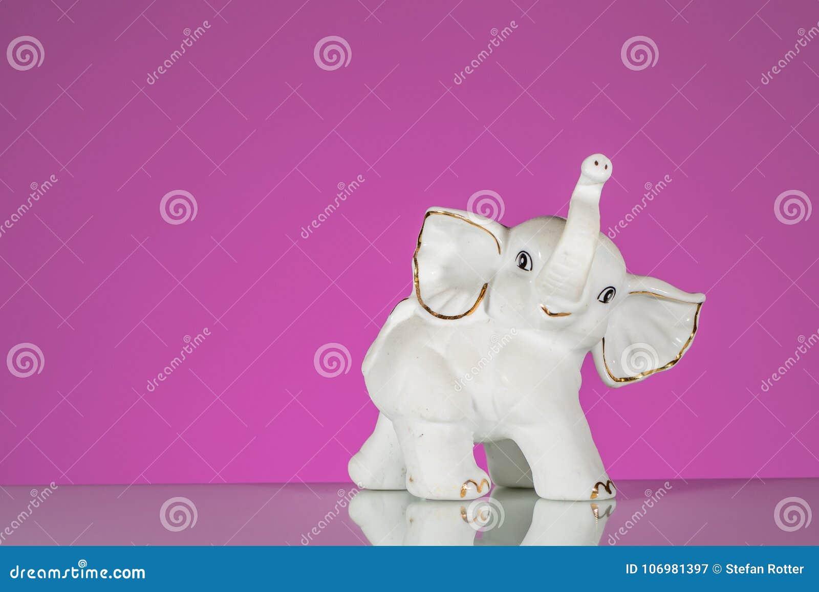 Close up do elefante branco feito da porcelana