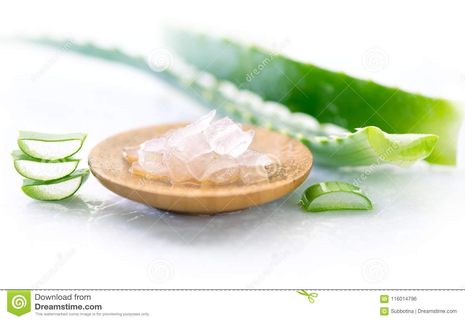 Close up do gel de Vera do aloés Folha do aloevera e gel cortados, ingredientes cosméticos orgânicos naturais para a pele sensíve
