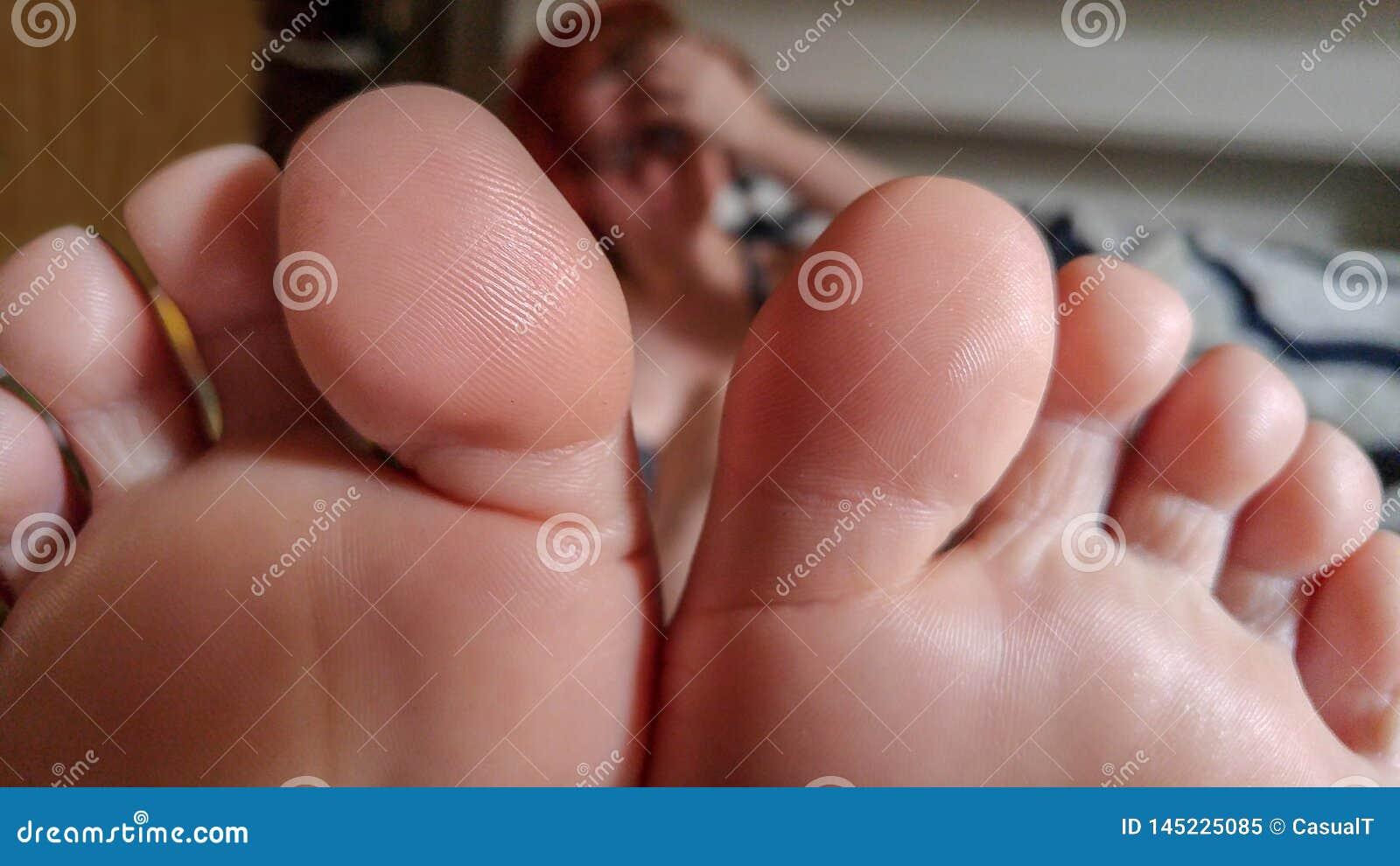 Close up do lado de baixo do pé e dos dedos do pé fêmeas