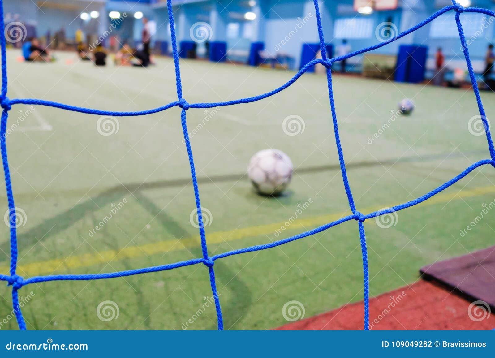 Close-up do mini poste futsal do futebol, grama artificial