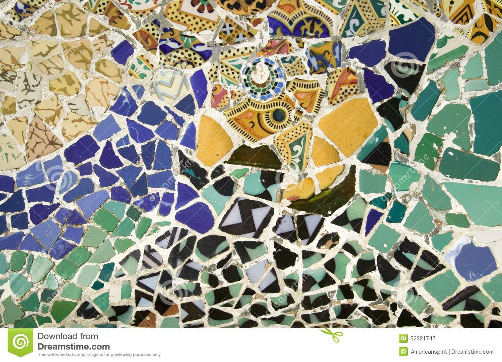 close up do mosaico do azulejo colorido por antoni gaudi em seu parc guell barcelona espanha
