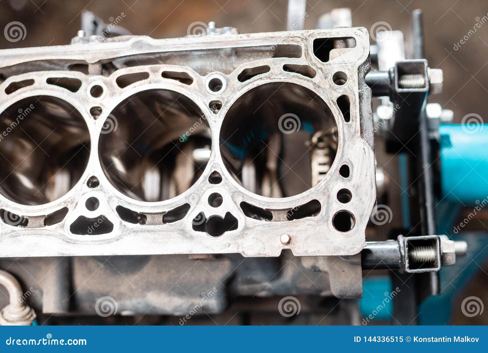 Close-up do motor desmontado no suporte Cilindros novos Reparo do capital do motor Dezesseis v?lvulas e cilindros quatro