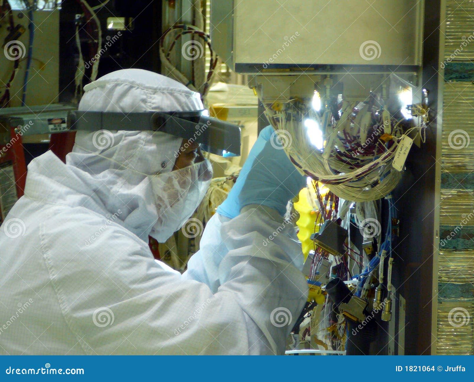 Close up do técnico da sala de limpeza do laboratório