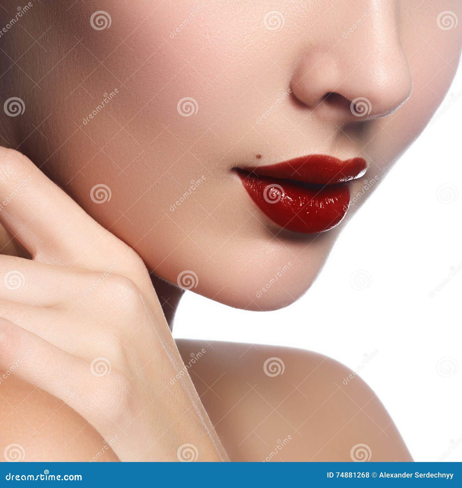 Close-up dos bordos do ` s da mulher com obscuridade brilhante da forma - valor máximo de concentração no trabalho lustroso verme