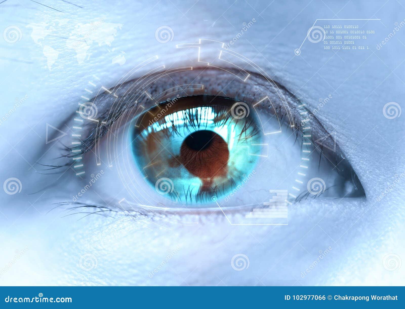 Close-up dos olhos azuis do ` s da mulher a futurista, lente de contato, olho c