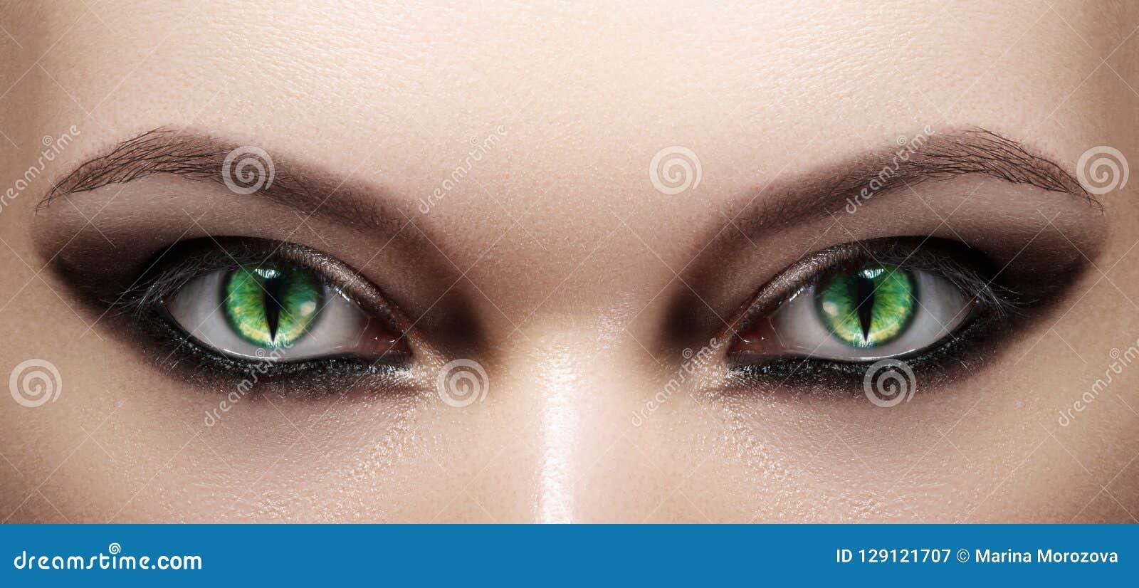 Close-up dos olhos da mulher Composição de Halloween Cat Eye Lens Composição do preto da passarela da forma Olhos de gatos verdes