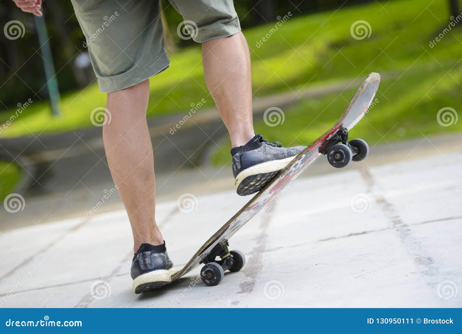 Close up dos pés do skater