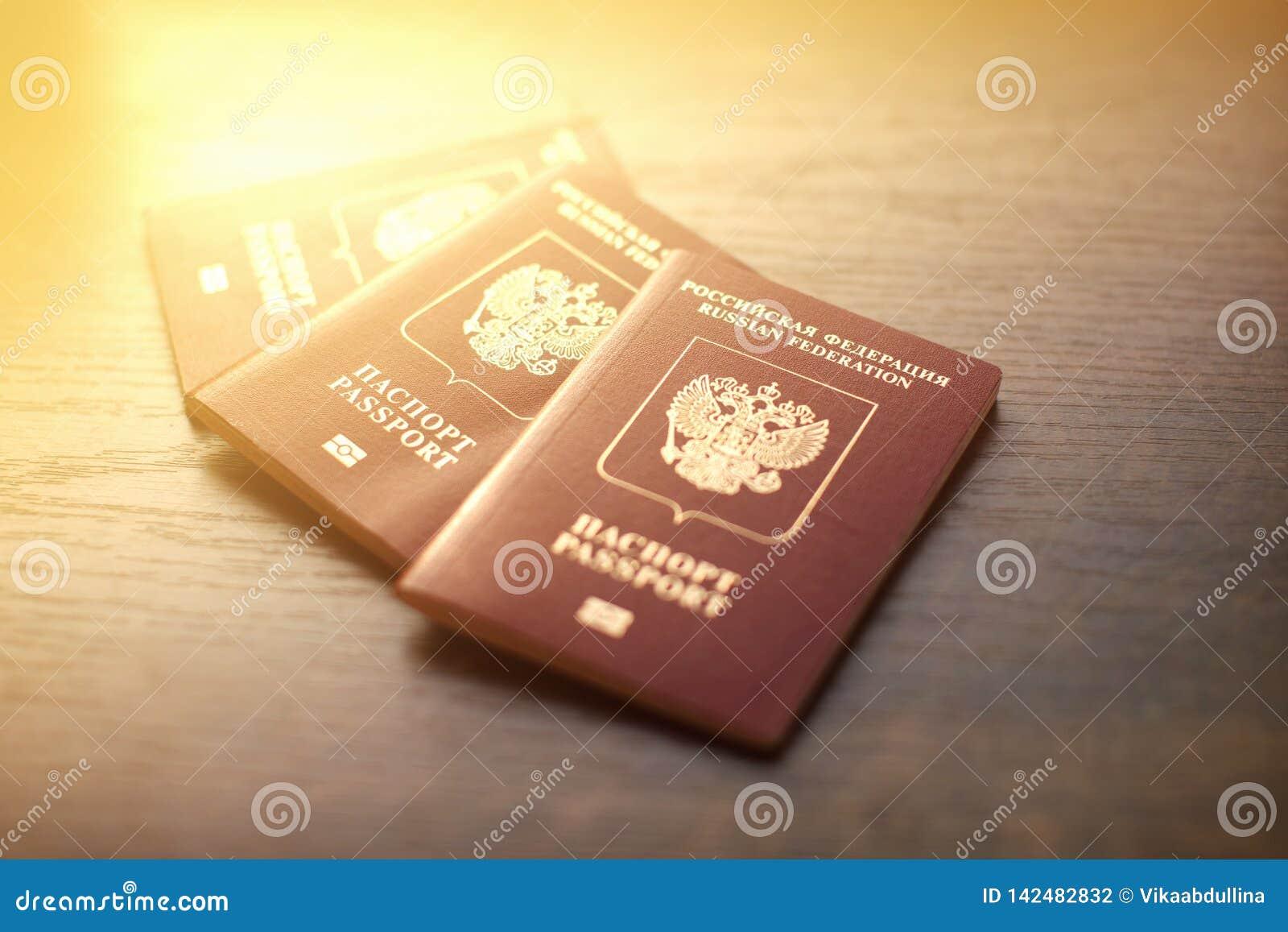 Close-up dos passaportes do russo na tabela de madeira