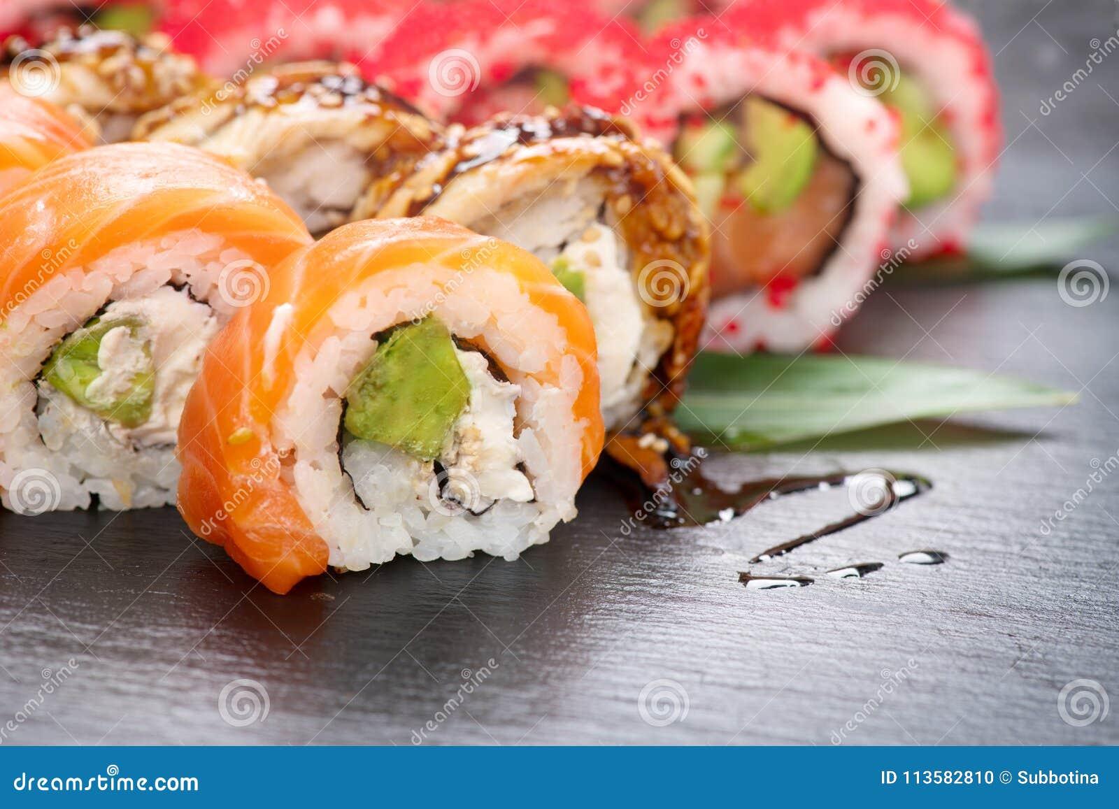 Close up dos rolos de sushi Alimento japonês no restaurante O rolo de sushi de Califórnia ajustou-se com o caviar dos salmões, da