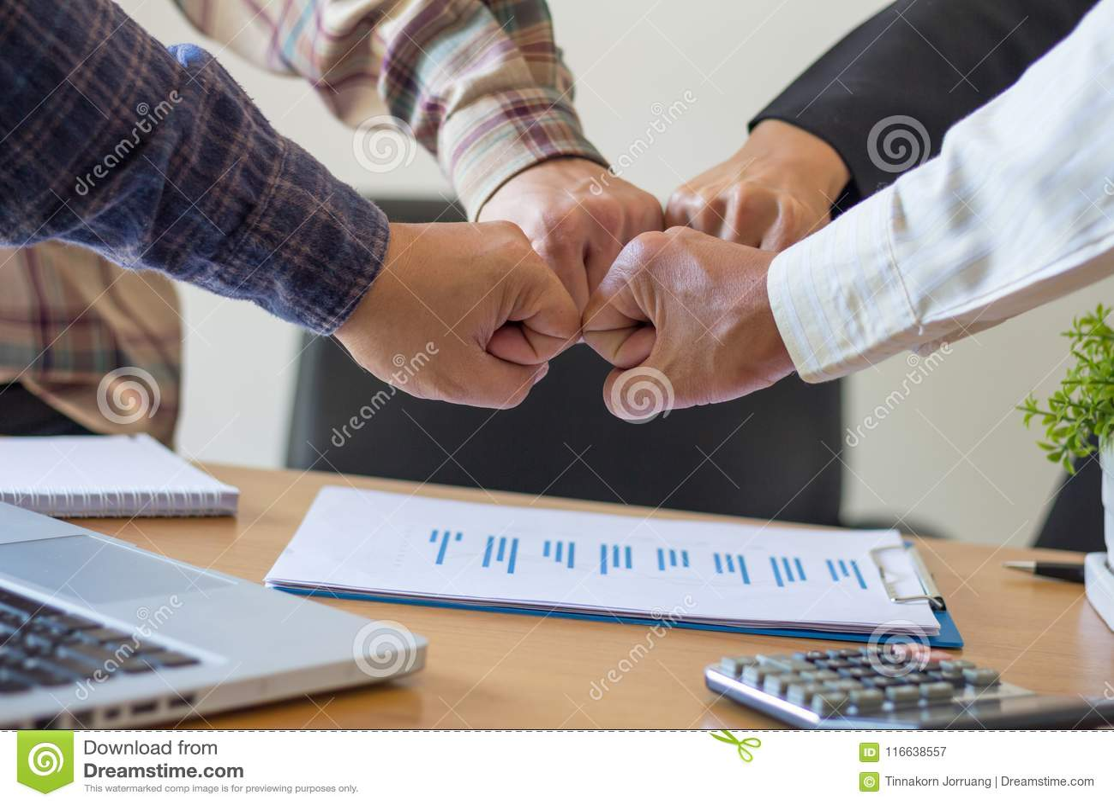 Close-up dos sócios comerciais que fazem a pilha das mãos na reunião, Te