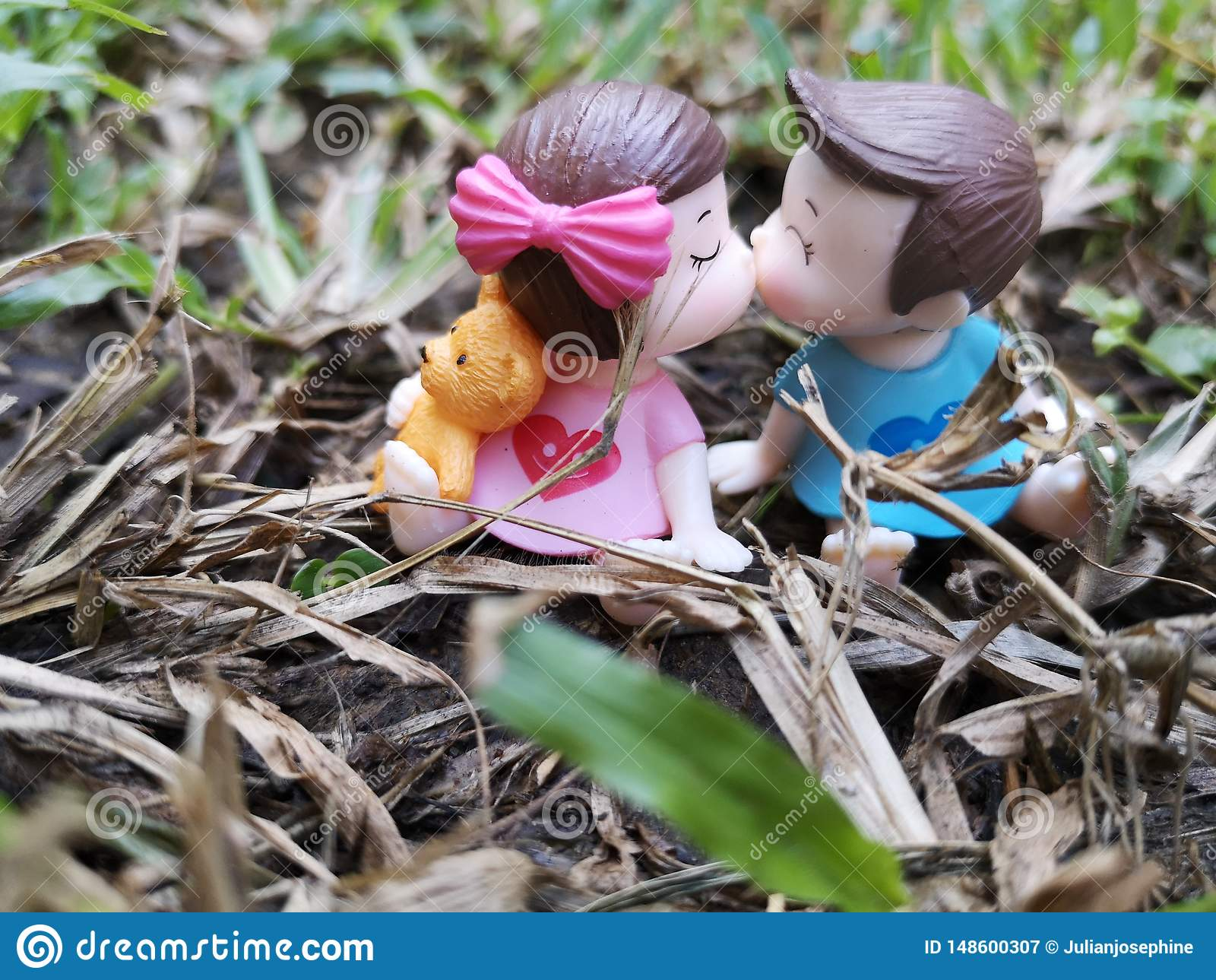 Close-up en macro van miniatuur kussende babys in de tuin wordt geschoten die