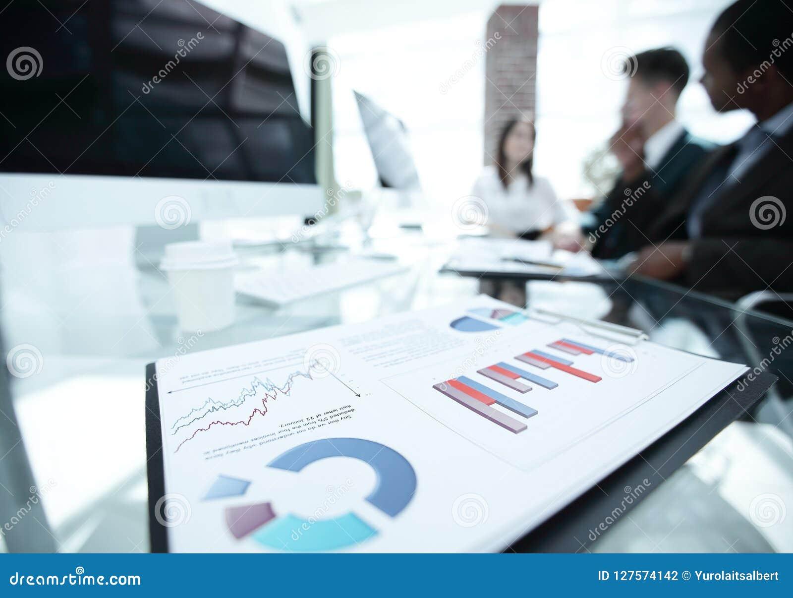 Close-up financiële grafieken op het Bureau van het commerciële team