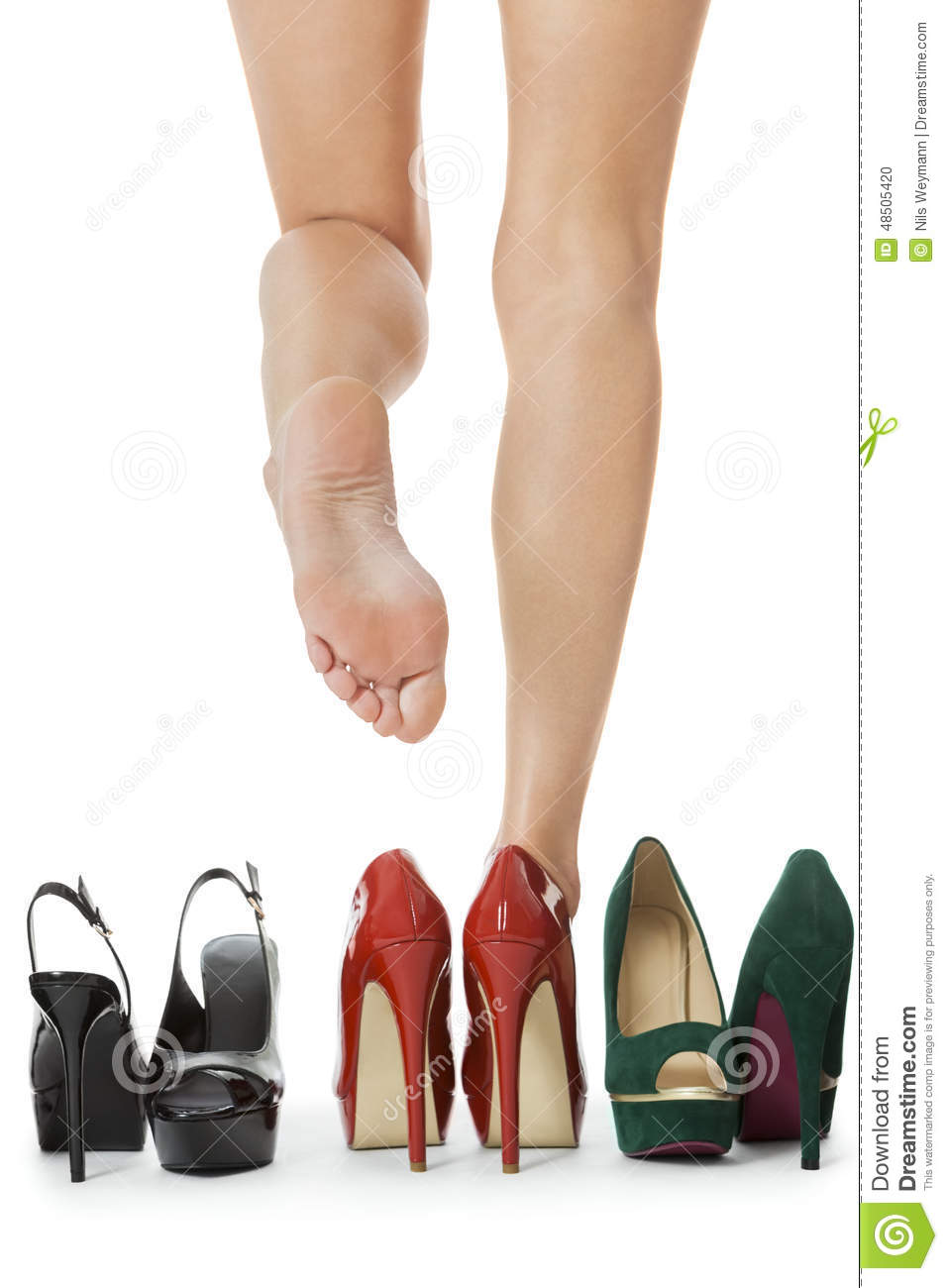 relationship between high heel and women High heels of a certain height can prematurely age the knee joints and increase a woman's risk of developing osteoarthritis.