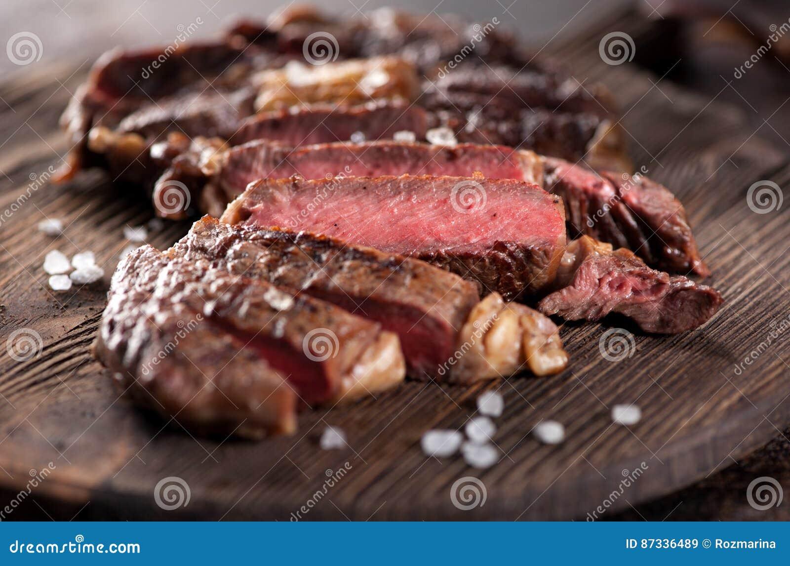 Close-up grelhado raro médio cortado do ribeye do bife