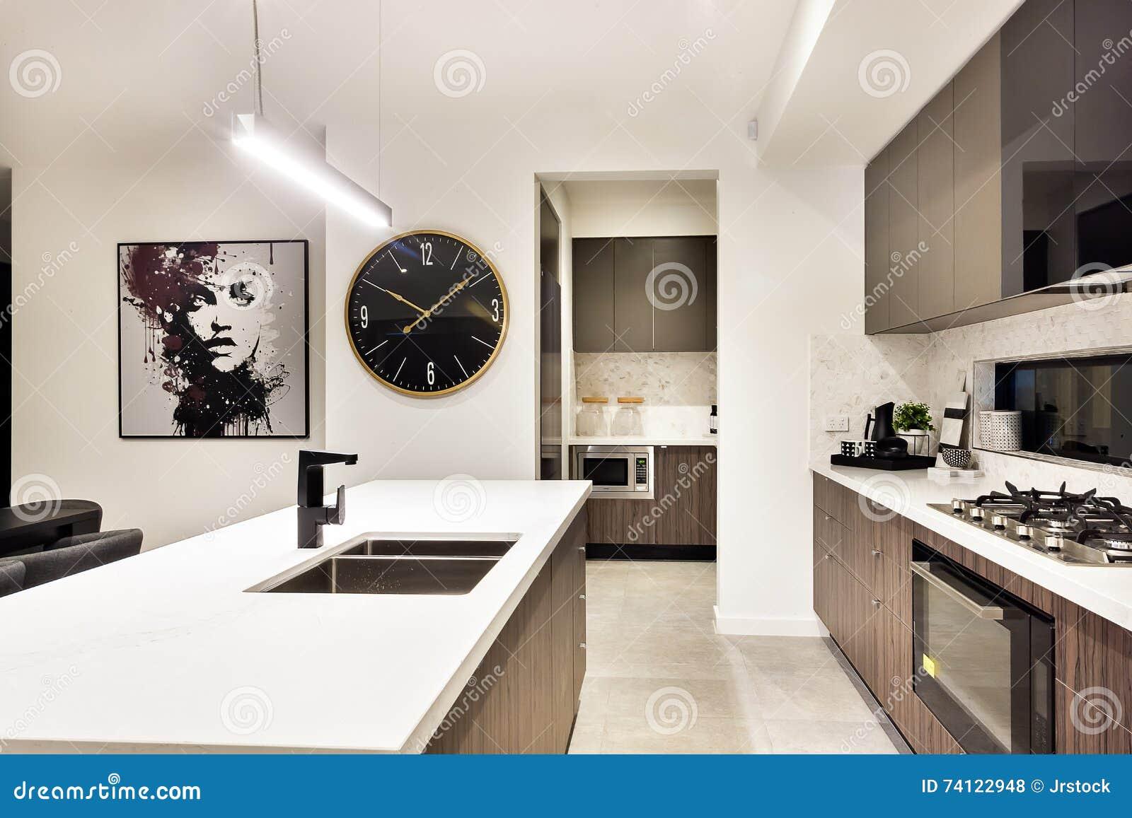 Close up moderno da bancada da cozinha com um fogão e um relógio