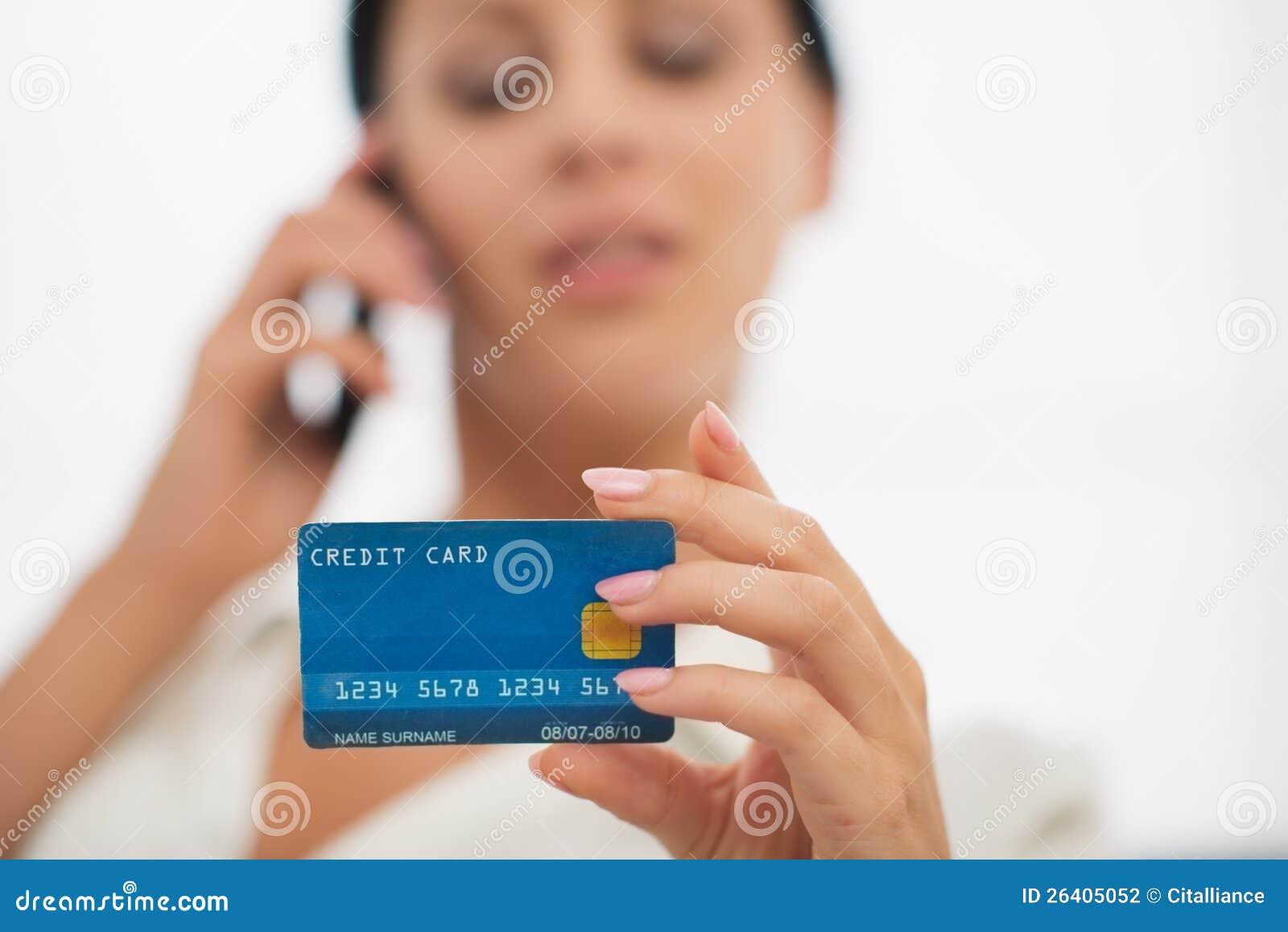 Close-up op creditcard ter beschikking van wijfje
