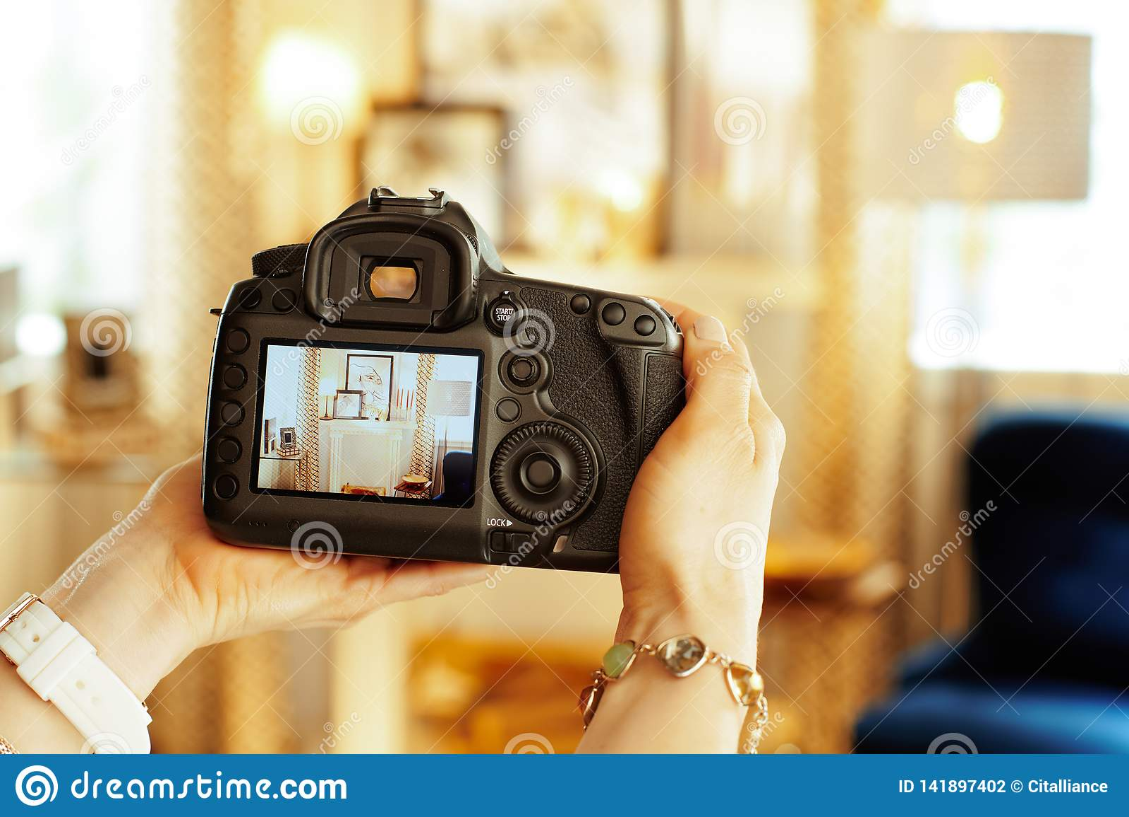 Close-up op DSLR-camera ter beschikking van vrouwelijke binnenlandse fotograaf
