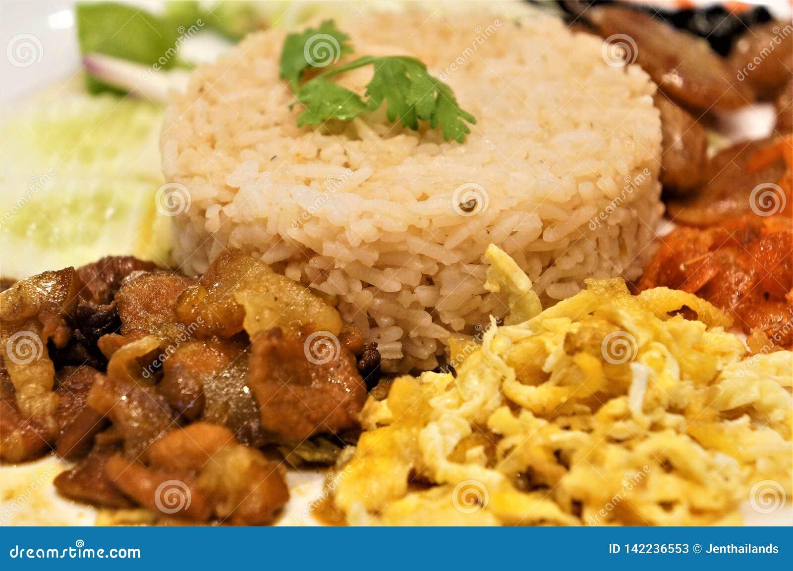 Close-up op een gebraden rijst en van het garnalendeeg schotel