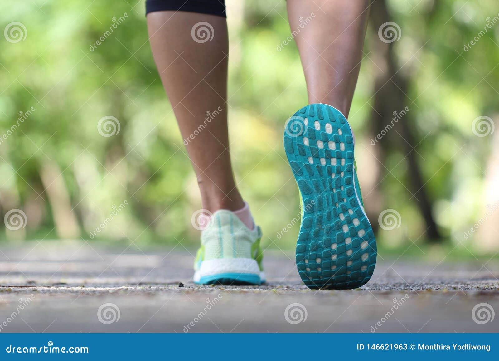 Close-up op schoen, Vrouw op ochtend in het park lopen, geschiktheid en gezond levensstijlconcept die