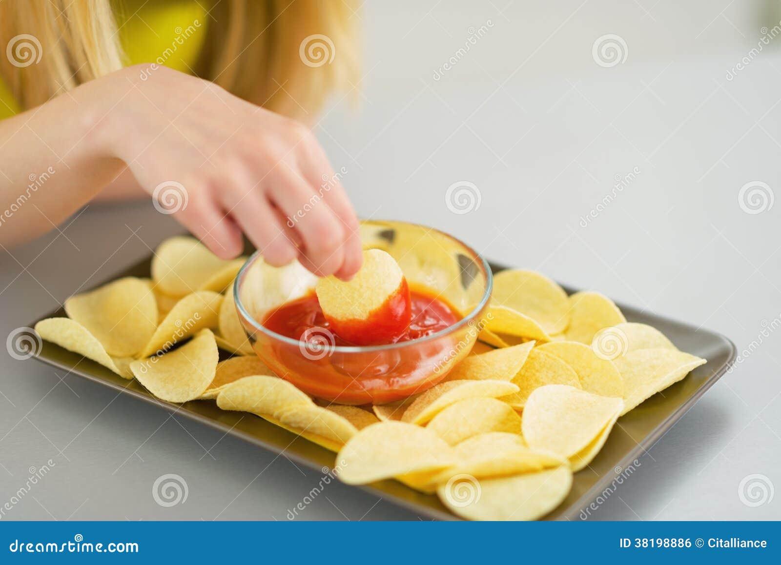 Close-up op tienermeisje die spaanders eten