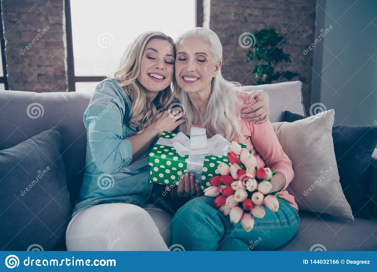 Close up photo two people eyes closed she her ladies grandmother grandchildren visit birthday party deliver giftbox