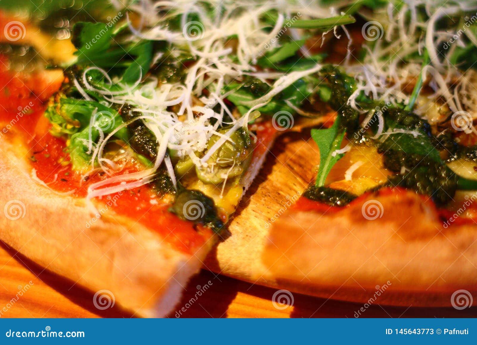 Close-up Pizza do vegetariano no prato de madeira