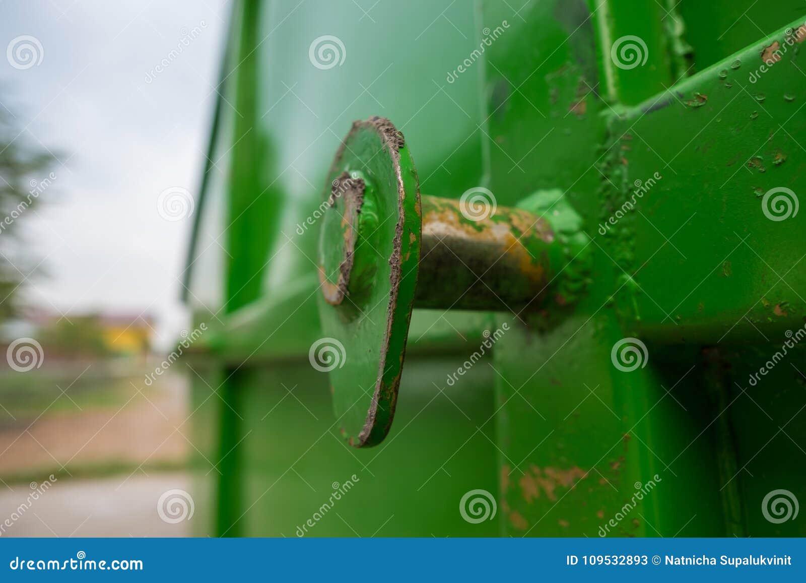 Close up que levanta com oxidação do caminhão de lixo grande do contentor