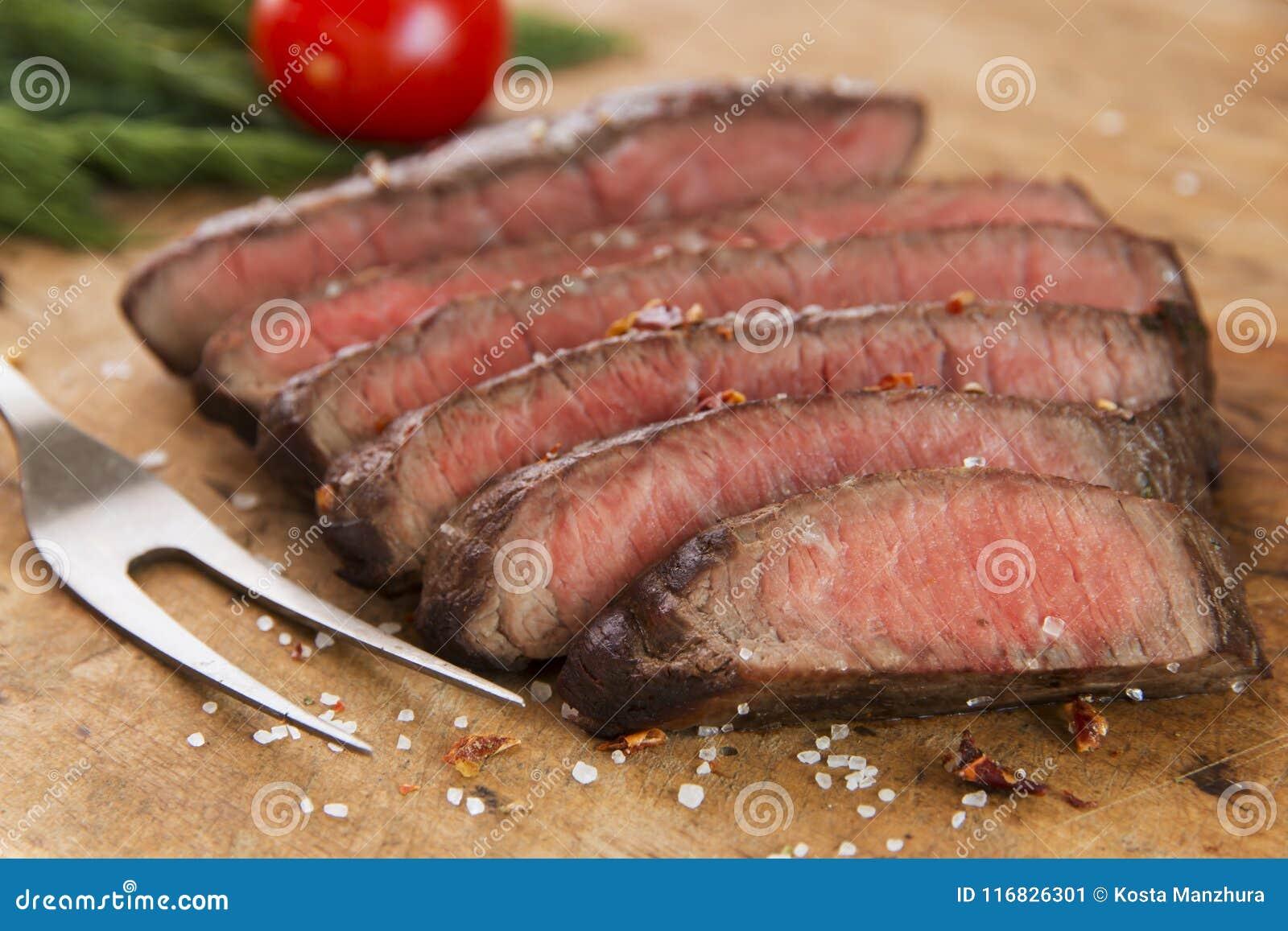 Close-up raro médio cortado bife cozinhado