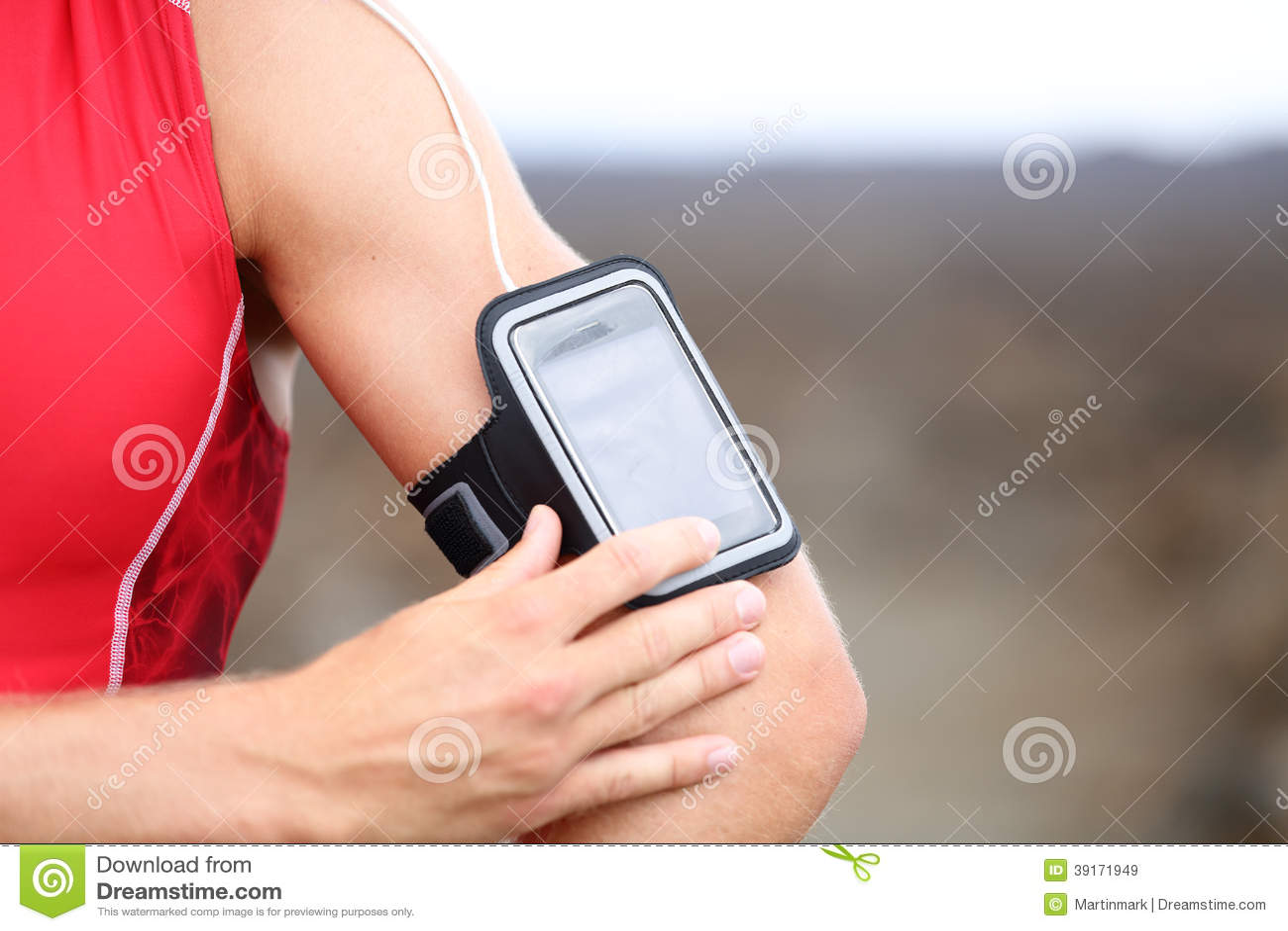 Close up running da música do telefone esperto - corredor masculino