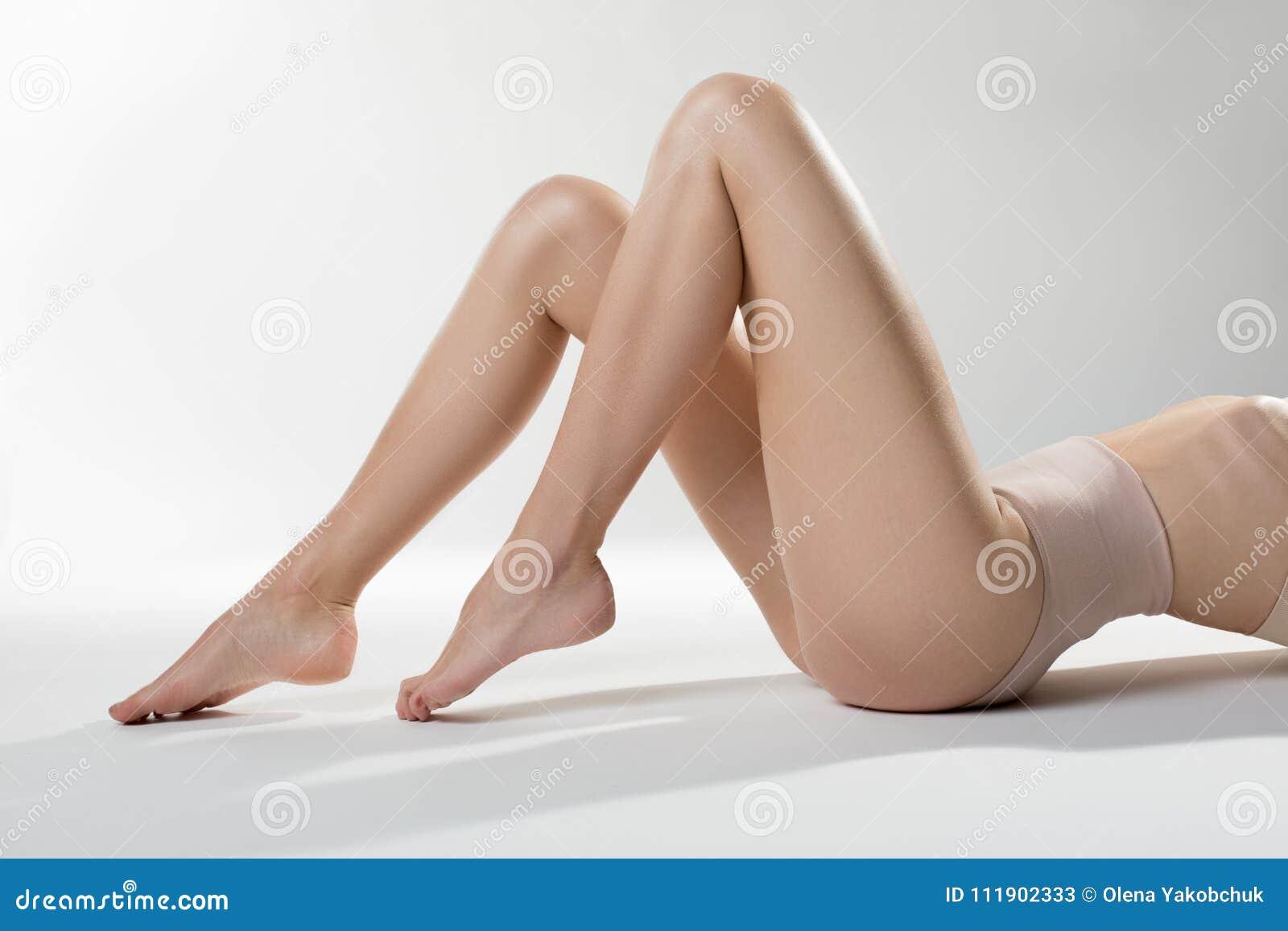 mujeres piernudas y nalgonas desnudas
