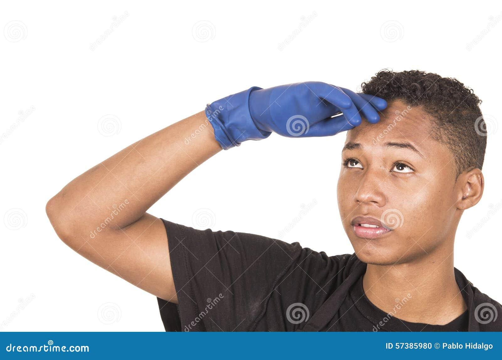 Close-up Spaanse jonge mens die het blauwe schoonmaken dragen