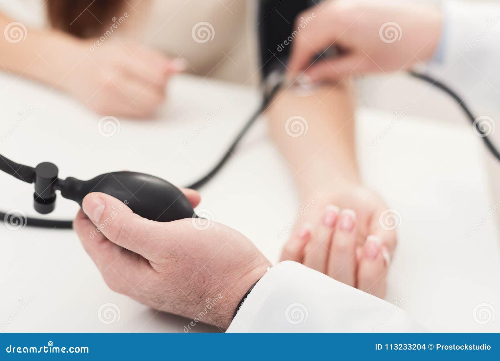 Close-up van artsenhand die tonometer met behulp van