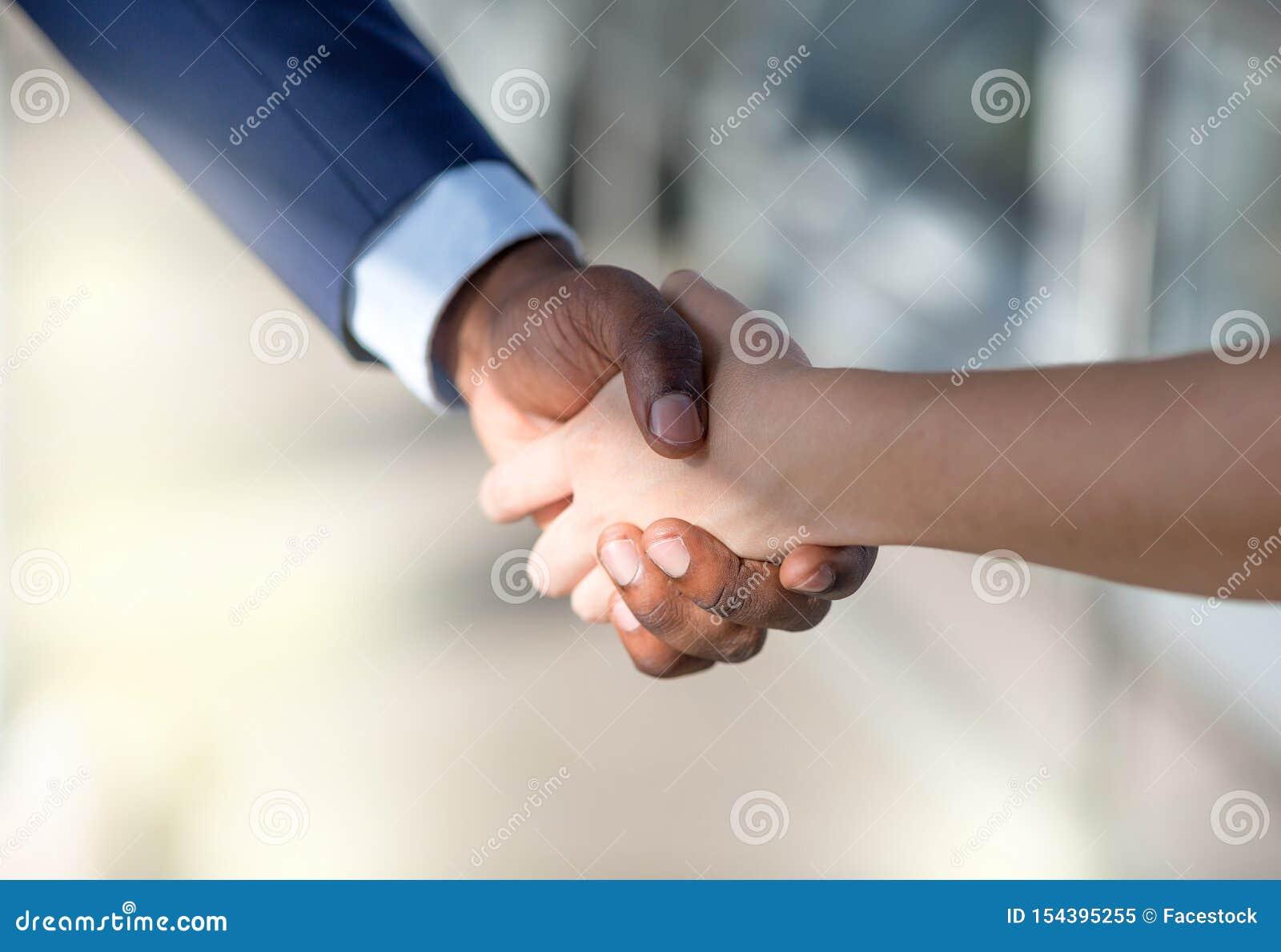 Close-up van bedrijfsmensen die handen schudden Bedrijfs vennootschap