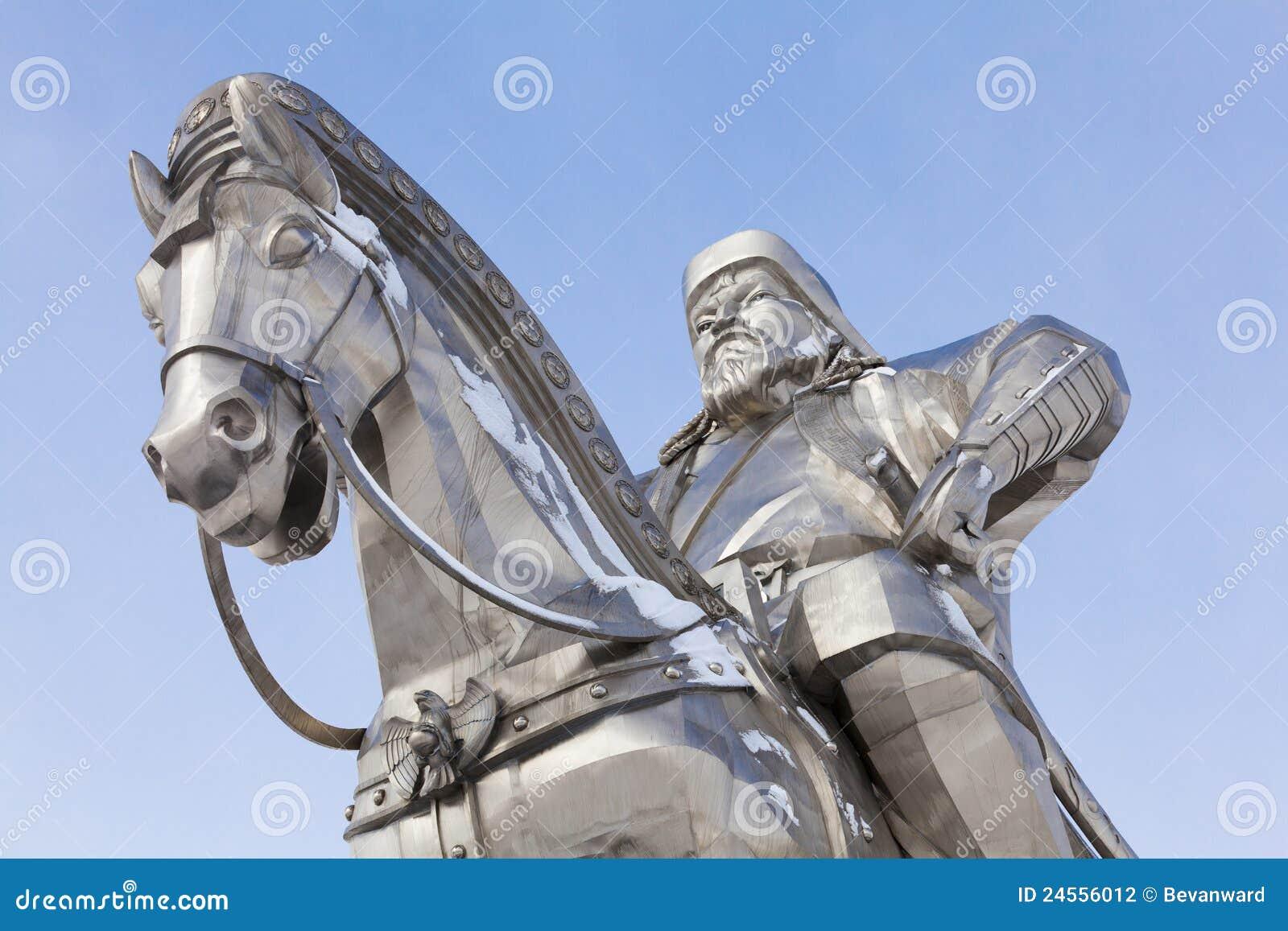Close-up van beeldhouwwerk van Genghis Khan en paard