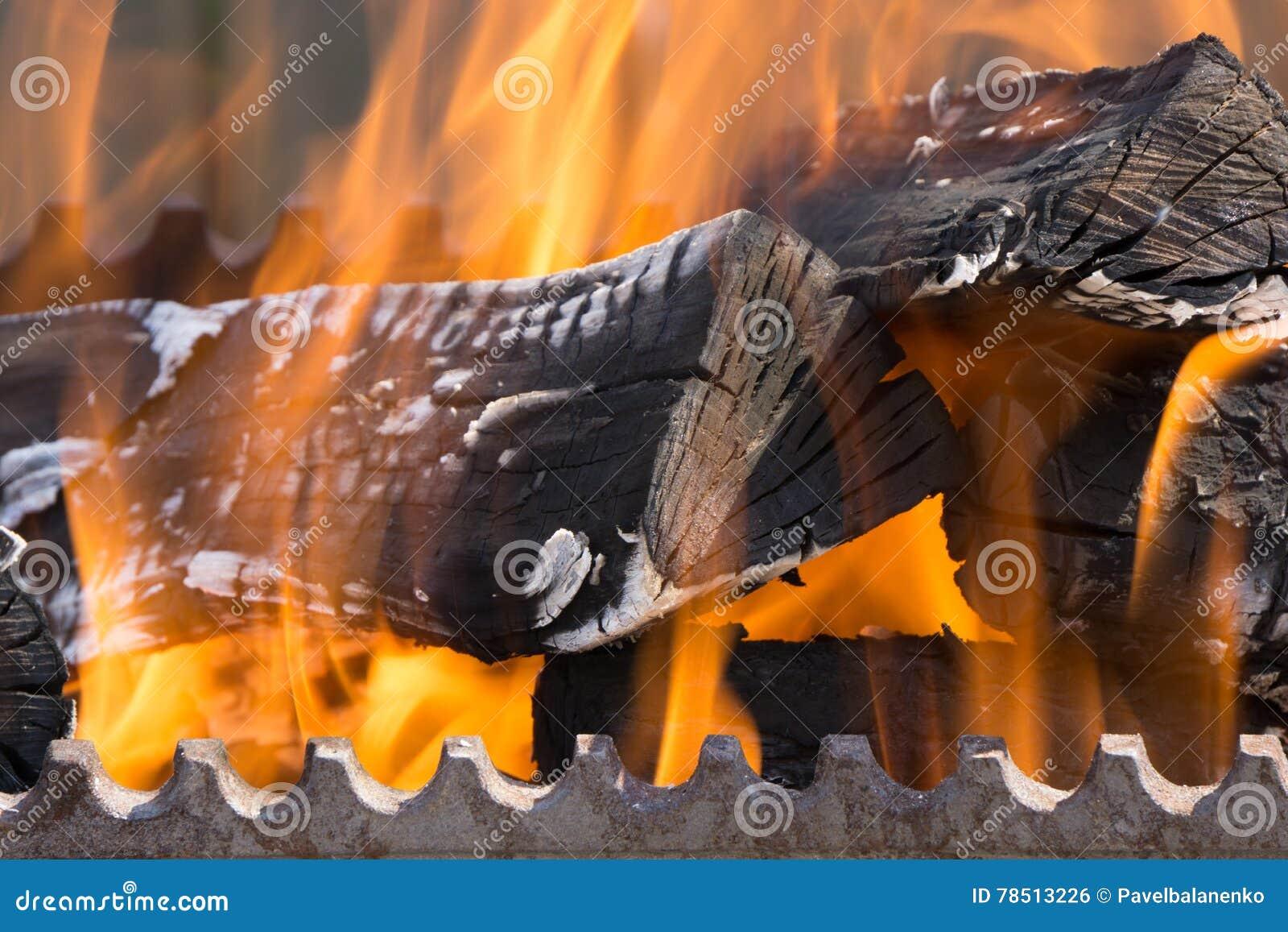 Close-up van brand houten rol die wordt geschoten in bbq