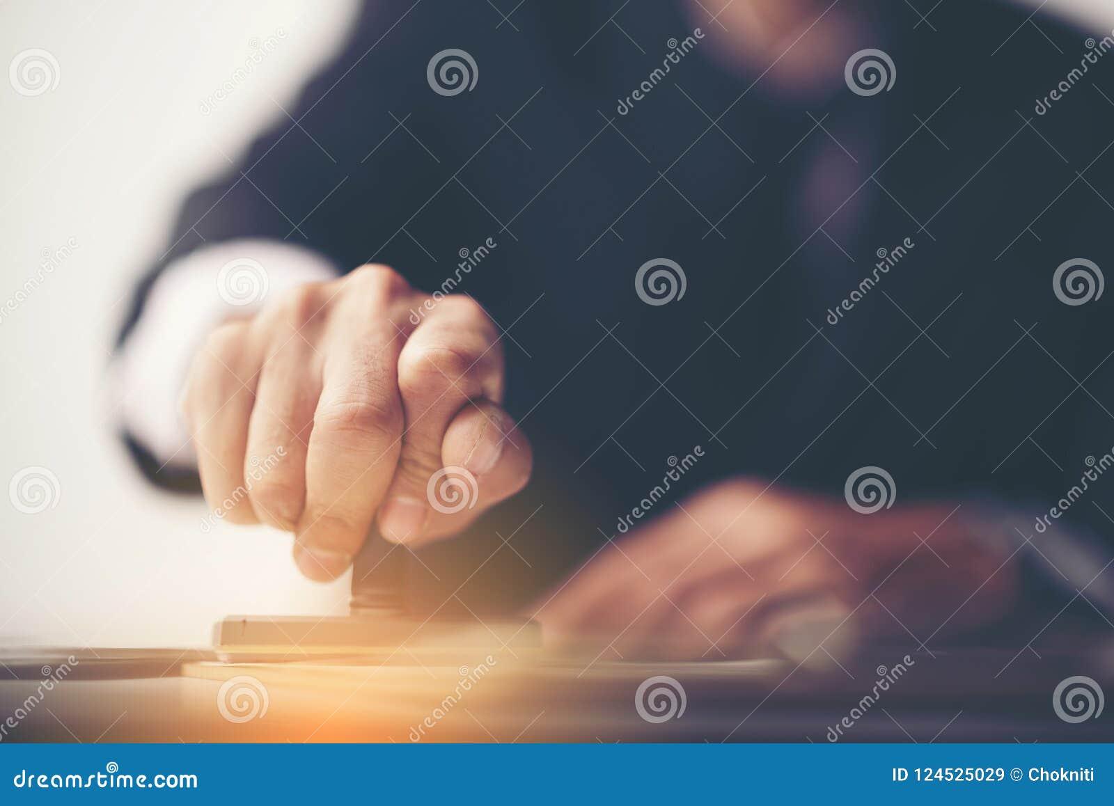Close-up van de Hand van een Persoon het Stempelen met Goedgekeurde Zegel op Docu
