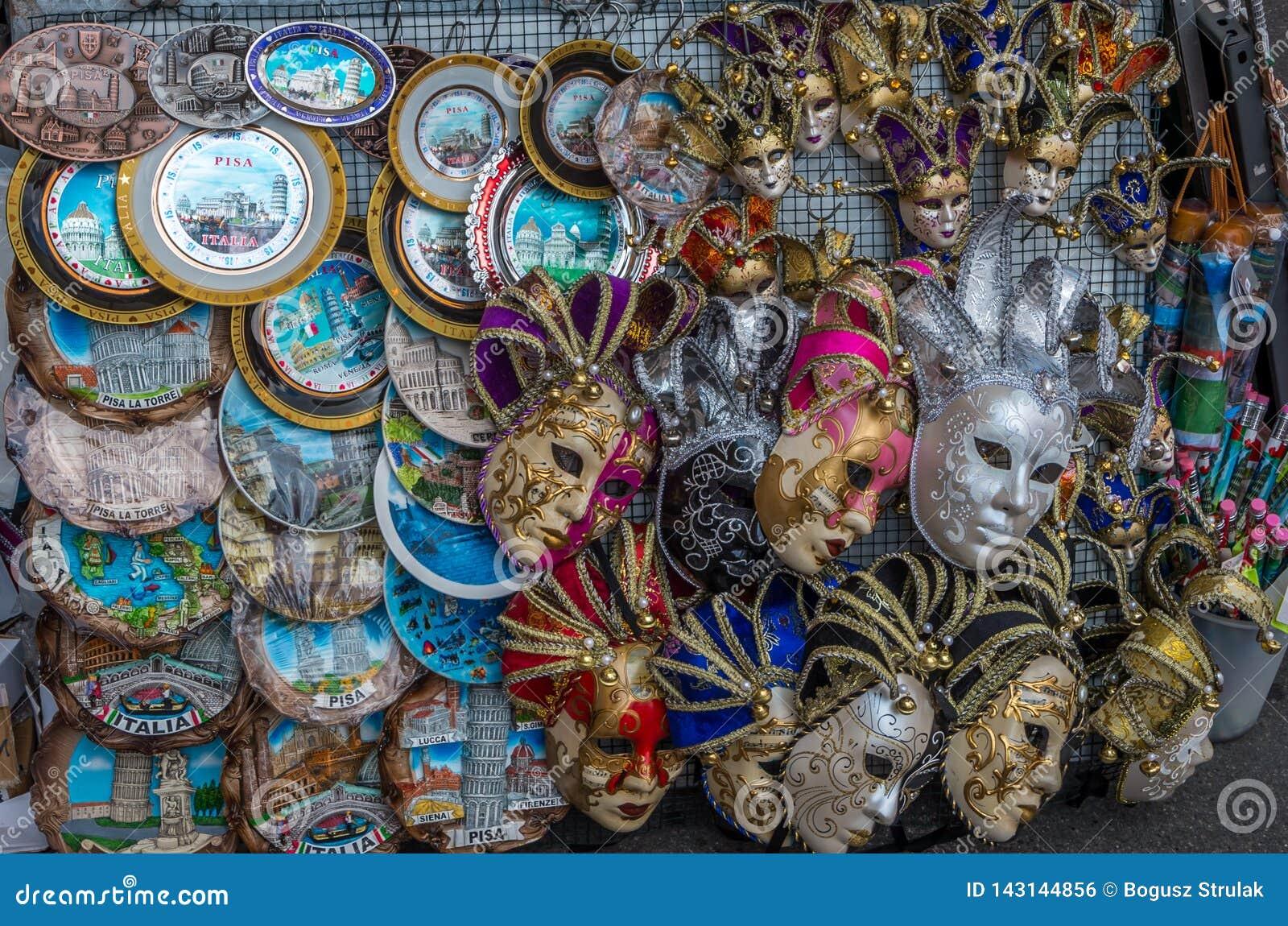Close-up van de verkopende herinneringen van een straattribune als Carnaval-maskers en platen in Pisa, Italië