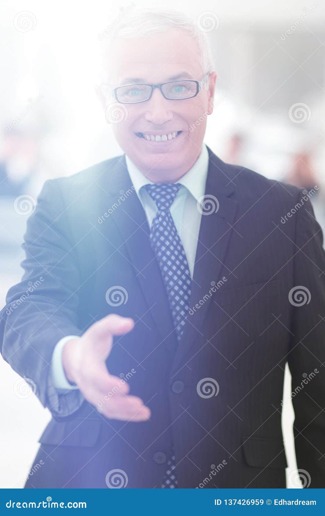 Close-up van een hogere zakenman die zijn hand voor groet aanbieden