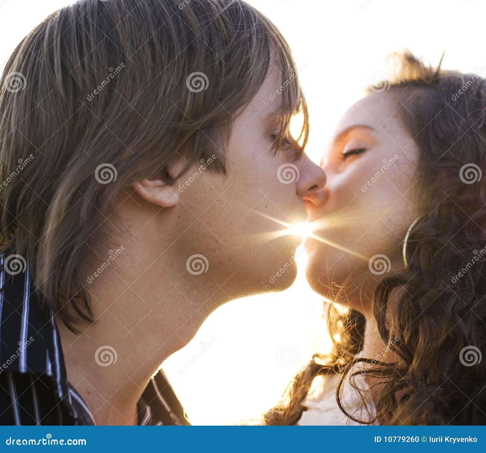 Close-up van een jong paar dat elkaar kust