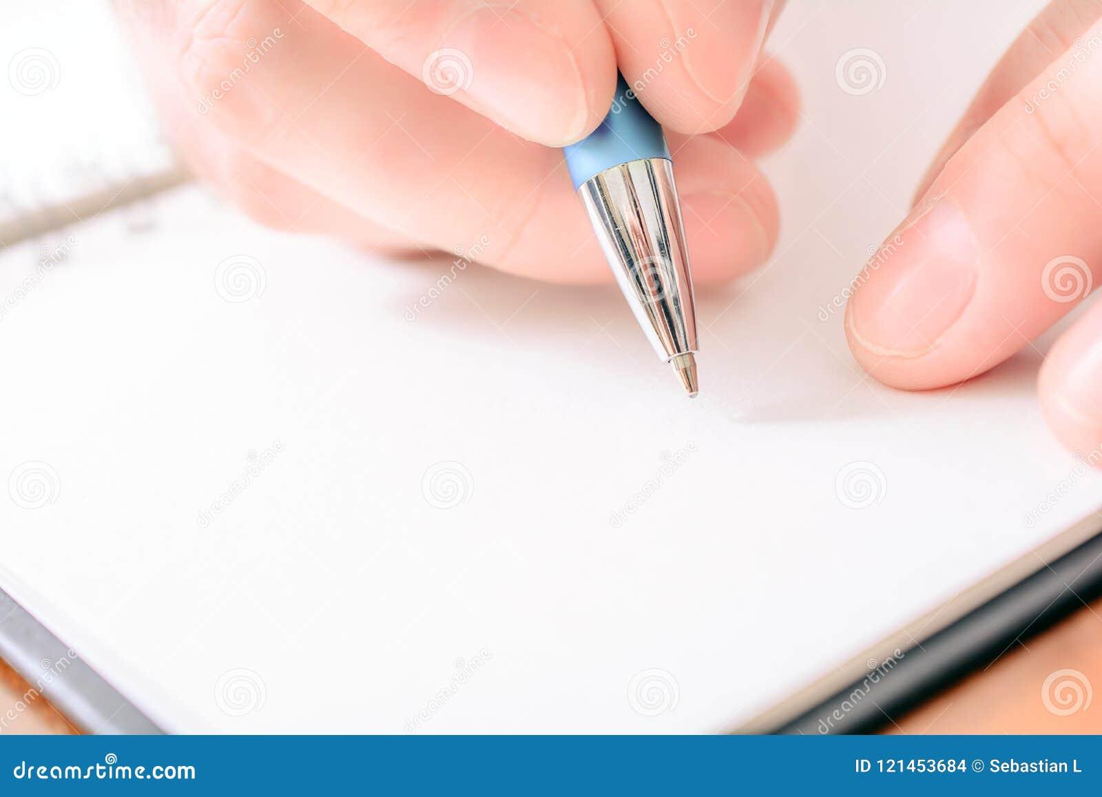 Close-up van een Mannelijke Hand die in een Lege Organisator With een Biro schrijven