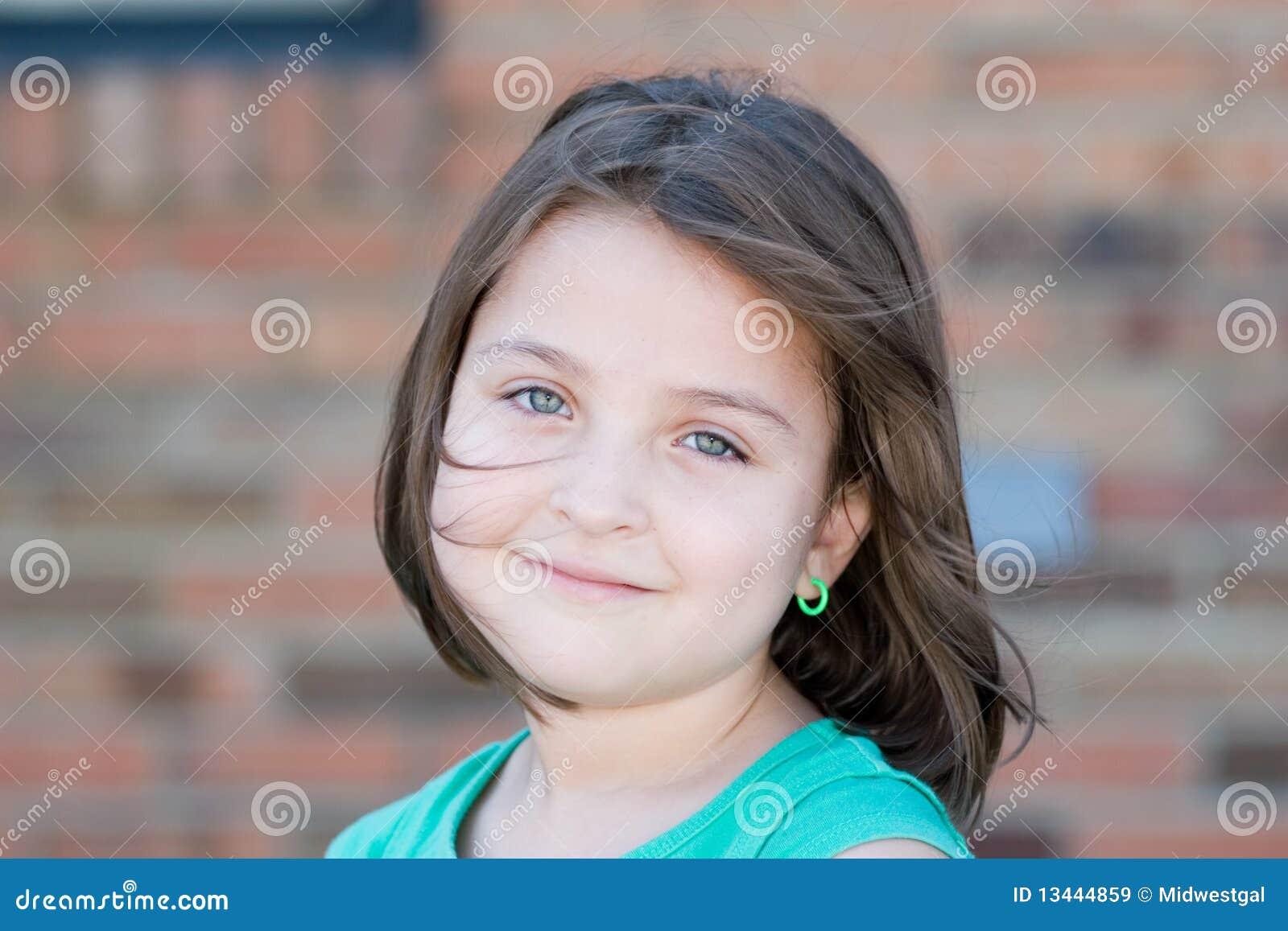 Close-up van een Meisje op een Winderige Dag