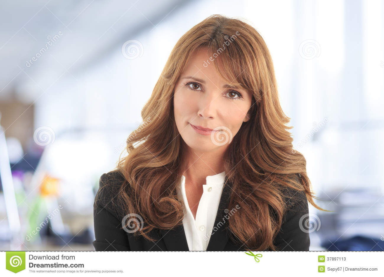 Close-up van een mooie rijpe bedrijfsvrouw in bureau